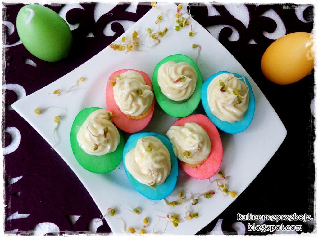 Kolorowe-jajka-z-majonezem-i-kiełkami-3
