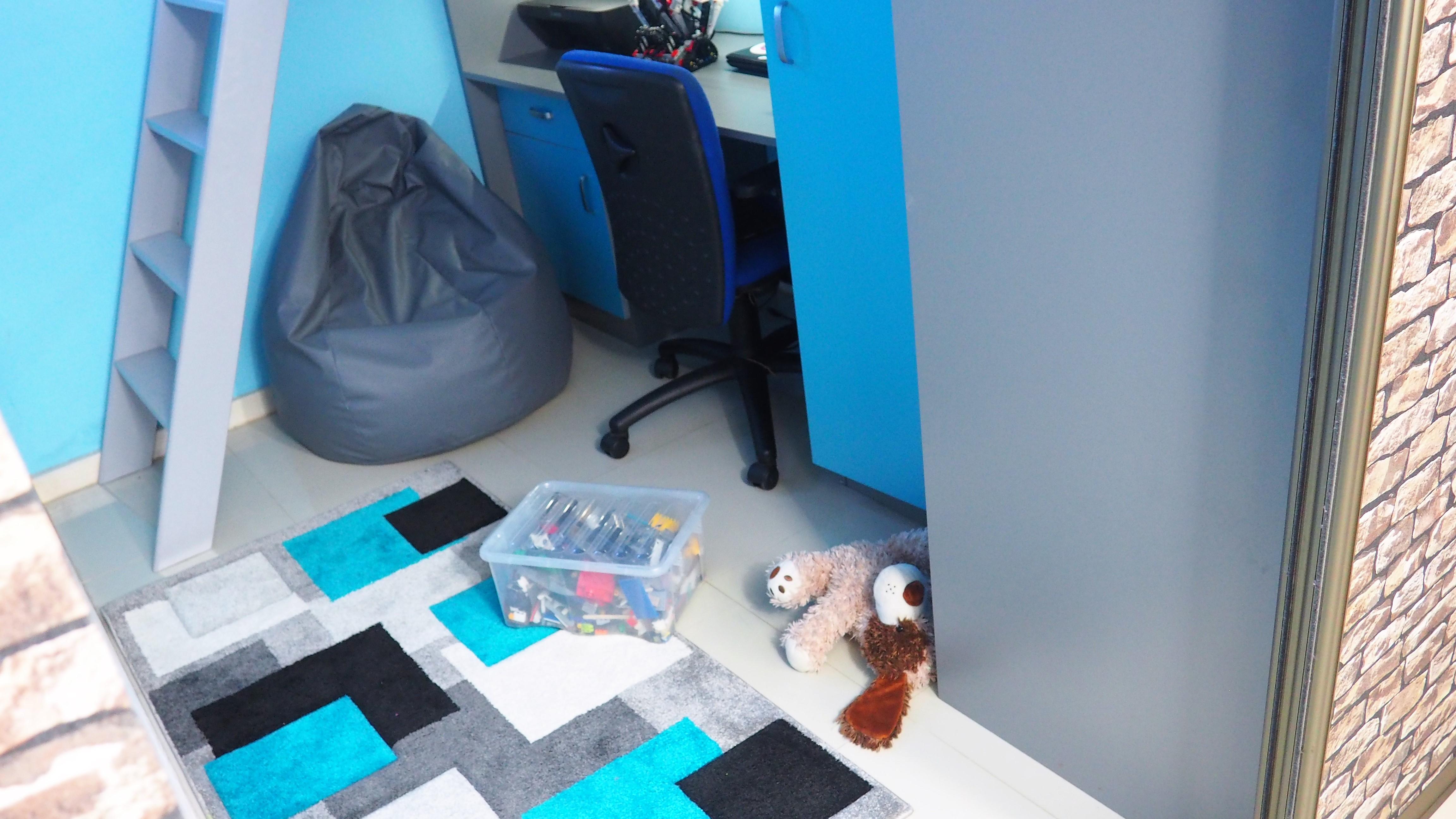 pokój dziecka wmałym pomieszczeniu